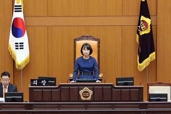 8일 부산시 공공기관 임원 보수기준에 관한 조례를 공포한 박인영 부산시 의회 의장. [사진 부산시 의회]