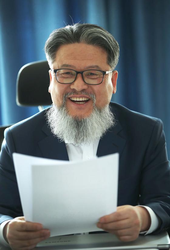 관상가 백재권 박사가 19일 서울 종로구 사무실에서 관상 풍수에 관해 설명하고 있다. 오종택 기자