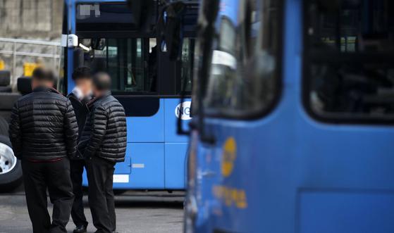 서울버스노조가 9일 조합원을 대상으로 파업 찬반 투표를 진행한 결과 찬성률 89.2%로 오는 15일 예정된 버스 총파업에 동참하기로 했다고 밝혔다. [중앙포토]