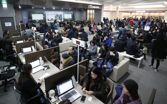 지난해 12월 서울 강남구 대치동 자이갤러리에 마련된 '위례포레자이' 본보기주택이 청약 예정자들로 붐비고 있다.  [연합뉴스]