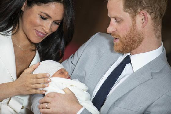 8일(현지시간) 영국 해리 왕자 부부가 6일 출산한 아들을 처음 대중에 공개했다. 해리 왕자 품에 안긴 아기는 왕위 서열 7위로 이름은 아치 해리슨-마운트배튼 윈저다.[AP=연합뉴스]