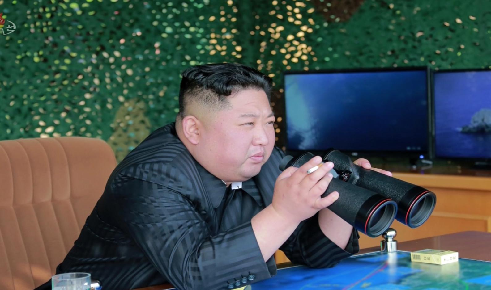 북한 조선중앙TV가 5일 전날 동해 해상에서 김정은 국무위원장 참관 하에 진행된 화력타격 훈련 사진을 방영했다. 김정은 국무위원장이 훈련을 지켜보는 모습. [연합뉴스]