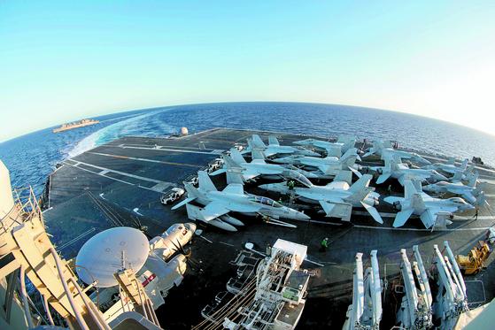 지난달 29일 지중해에서 미 해군이 찍은 에이브러햄 링컨 항모 전단 모습. 백악관은 5일 이 항모 전단을 중동으로 배치한다고 밝혔다. [로이터=연합뉴스]