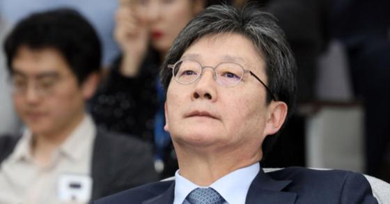 유승민 바른미래당 의원이 8일 서울 여의도 국회에서 열린 의원총회를 마치고 생각에 잠겨 있다. [뉴스1]