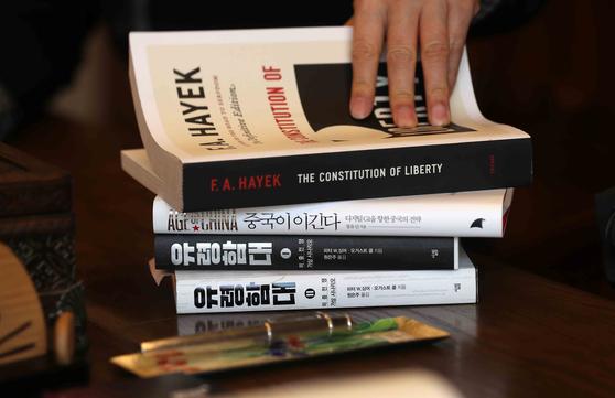 남경필 전 지사가 최근 읽고 있는 책들. 김상선 기자