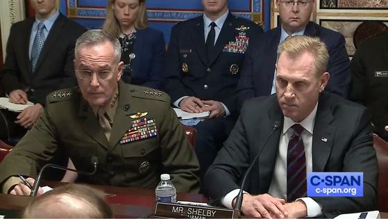 """패트릭 섀너핸 미국 국방장관 대행(오른쪽)과 조지프 던포드 합참의장이 8일 상원 세출위 국방소위에 출석했다. 섀너핸 장관은 """"(4일 북한 발사 당시) 던포드 의장이 '북한이 지금 로켓과 미사일들을 쏘고 있다'고 했다""""고 보고했다.[CSPAN 화면]"""
