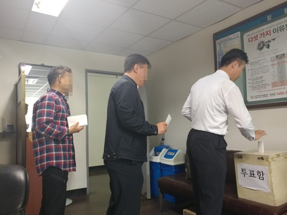 9일 서울 장지동의 송파공영차고지에 설치된 파업찬반 투표장에 줄 서 있는 운전기사들. [중앙포토]