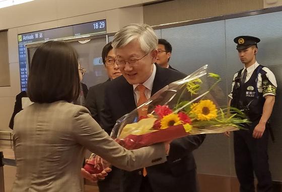 남관표 신임 주일대사가 9일 오후 하네다공항으로 일본에 입국해 민단 측으로부터 꽃다발을 받고 있다.[연합뉴스]
