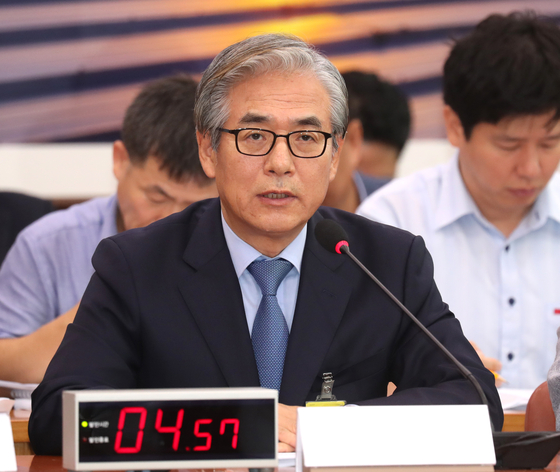 김효준 BMW코리아 대표이사(가운데)가 지난해 8월 국회 국토교통위원회 전체회의에서 열린 BMW차량화재 관련 공청회에서 발언하고 있다. 임현동 기자