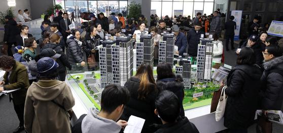 세종시 아파트 견본주택에서 청약희망자들이 아파트 모형을 살펴보고 있다. [뉴스1]
