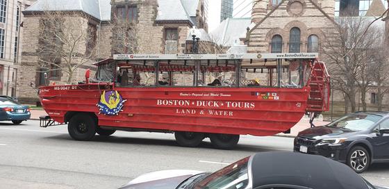 보스턴에서는 수륙양용차를 타고 즐기는 '덕 투어'가 인기다. 한국어 오디오 가이드도 지원된다. 강현효 기자