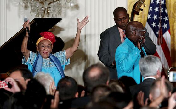 2015년 미국 백악관에서 공연한 오마라 포르투온도(왼쪽).[유튜브 캡처]