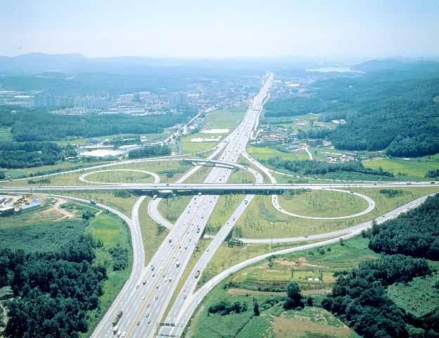 경부고속도로는 국내 도로 중 네 번째로 길이가 길다. [중앙포토]
