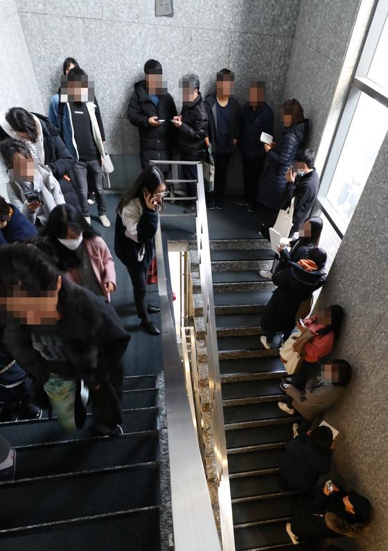 강의 등록을 위해 대기하는 학생들로 북적이는 학원. 성진이는 목동 유명학원에서 진행되는 '일타 강사' 수업의 경우 1~2시간 전부터 학생들이 줄을 서 있는 것이 일상이 됐다고 말했다. [연합뉴스]