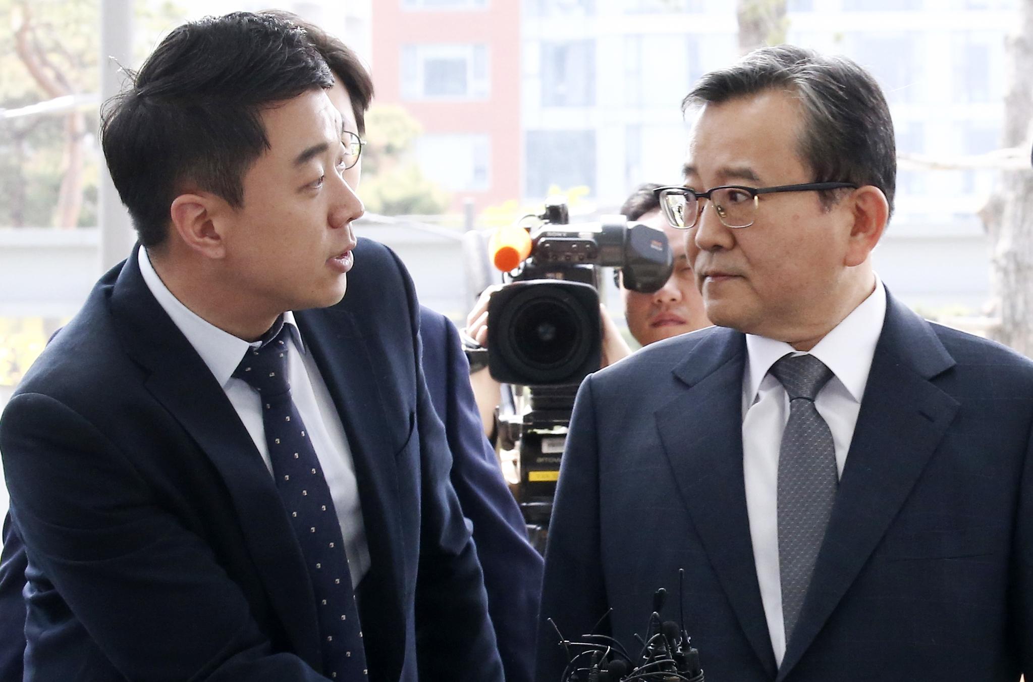 김학의 전 법무부 차관이 9일 오전 서울 동부지검에 출석하며 질문하는 기자를 쳐다보고있다.임현동 기자