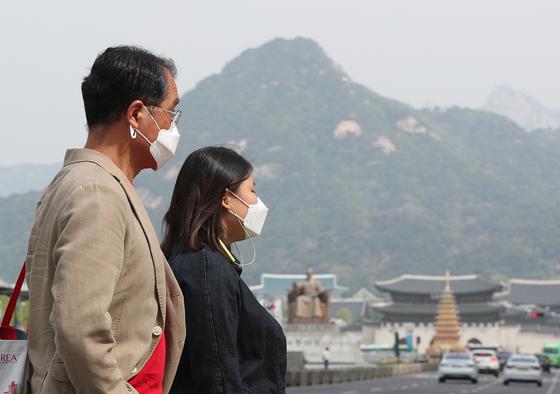 수도권과 충남 지역 미세먼지 농도가 '나쁨'을 나타낸 지난달 23일 오전 서울 광화문네거리에서 시민들이 마스크를 쓰고 있다. [뉴스1]