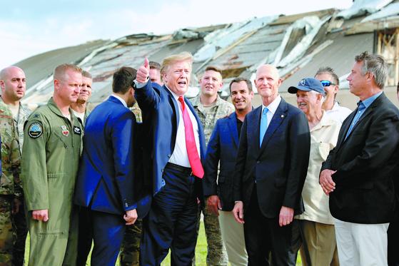 도널드 트럼프 미국 대통령이 8일(현지시간) 허리케인으로 피해를 본 미국 남부 플로리다주 틴달 공군기지를 방문했다. [AP=연합뉴스]