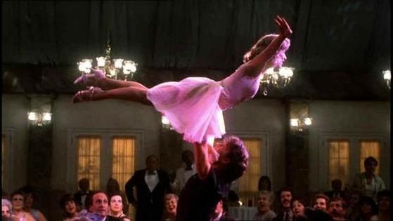 영화 '더티댄싱'에서도 여성을 들어올리는 고난도의 리프트 동작이 나온다. [사진 영화 '더티댄싱']