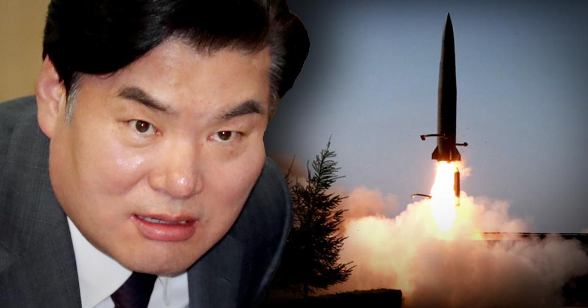 """원유철 자유한국당 의원(왼쪽)이 '문재인 정부 출범 2주년을 기념하는 기념일에 북한은 미사일 발사라는 무력도발로 축하의 불꽃놀이를 벌여줬다""""고 주장했다. [뉴스1·조선중앙통신]"""
