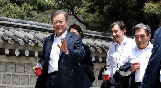 문재인 대통령이 취임 2주년을 맞은 10일 오후 보좌진들과 서울 삼청동의 모 식당에서 점심식사를 함께 한 뒤 걸어서 청와대로 이동하고 있다. [청와대사진기자단]