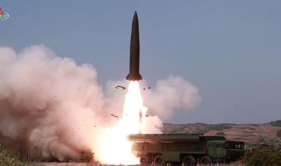 북한이 지난 4일 원산에서 미사일을 발사하고 있다. 꽁무니에 탄도미사일의 화염이 보인다. [연합뉴스]