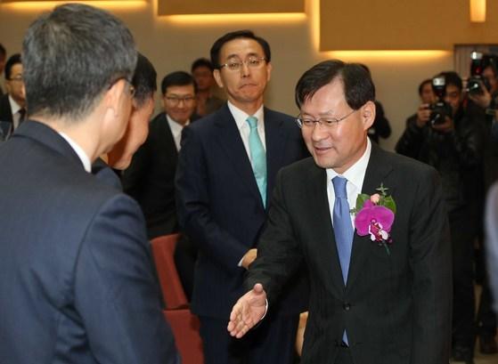 2015년 12월 김진태 전 검찰총장이 퇴임식에서 검찰직원 박수를 받으며 행사장에 들어서고 있다. [중앙포토]