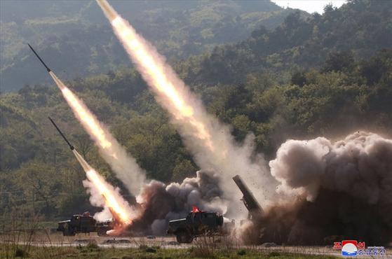 북한이 지난 9일 김정은 국무위원장의 지도 아래 조선인민군 전연(전방) 및 서부전선방어부대들의 화력타격훈련을 했다고 조선중앙통신이 보도했다. 훈련에는 '북한판 이스칸데르'로 추정되는 발사체 외에 240mm 방사포와 신형 자주포로 보이는 무기도 동원됐다.[연합]