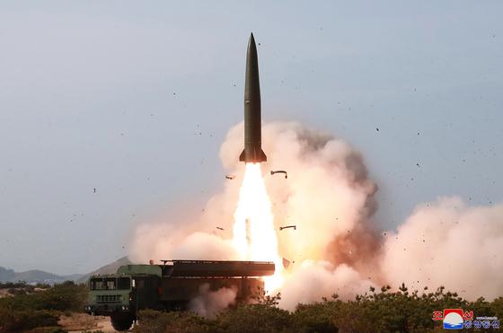 조선중앙통신이 5일 보도한 사진에 등장한 무기가 '북한판 이스칸데르'로 불리는 지대지 탄도미사일이란 관측이 제기되고 있다.[연합뉴스]