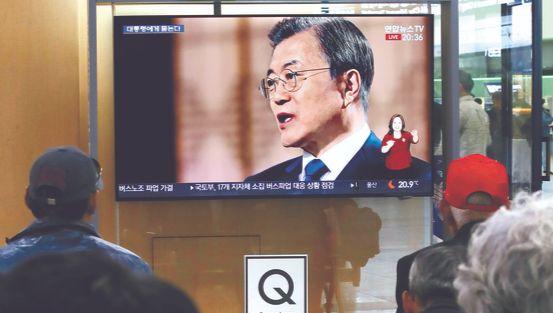 9일 서울역 대합실에서 시민들이 문재인 대통령의 특집 대담방송을 보고 있다. [연합뉴스]