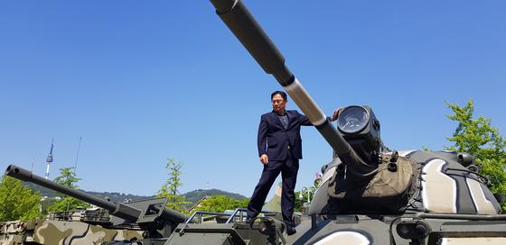 기갑 주특기 최초의 4성 장군인 박찬주 예비역 대장이 패튼 전차 위에 올라섰다. 우상조 기자