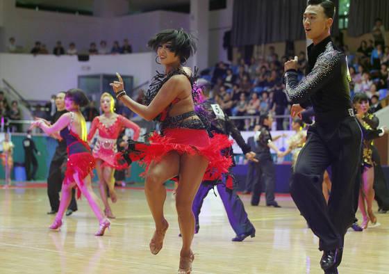댄스스포츠대회에 참가한 선수들이 화려한 춤사위를 선보이고 있다. 프리랜서 공정식