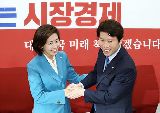 이인영 민주당 신임 원내대표(오른쪽)가 9일 나경원 한국당 원내대표를 만났다. [뉴시스]