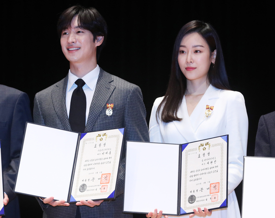 배우 이제훈과 서현진이 제53회 납세자의 날에서 모범 납세자 우수 표창장을 들고 미소를 짓고 있다. [뉴스1]