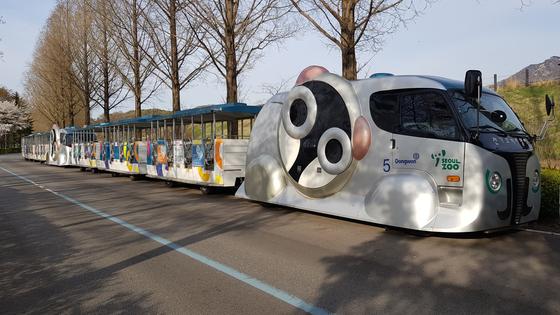 무선충전기술이 적용된 차량. 서울대공원 코끼리열차. 운행이 중단된 상태다. [중앙포토]