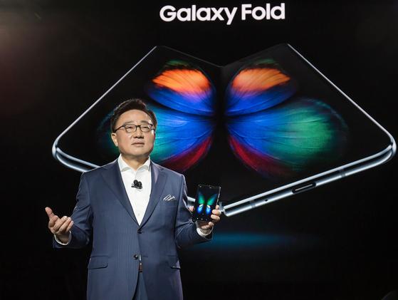 지난 2월 미국 샌프란시스코에서 열린 '삼성 갤럭시 언팩 2019'행사에서 고동진 삼성전자 IM부문장 고동진 사장이 폴더블 스마트폰 '갤럭시 폴드'를 소개하고 있다.[사진 삼성전자]