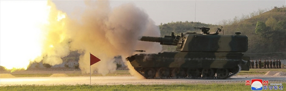 북한이 지난 9일 김정은 국무위원장의 지도 아래 조선인민군 전연(전방) 및 서부전선방어부대들의 화력타격훈련을 했다고 조선중앙통신이 보도했다. 훈련에는 '북한판 이스칸데르'로 추정되는 발사체 외에 240mm 방사포와 신형 자주포로 보이는 무기도 동원됐다. [연합]