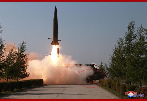 북한이 9일 평북 구성에서 북한판 이스칸다르로 추정되는 미사일을 발사하고 있다. 닷새전 타이어가 장착된 차륜형 발사대에서 무한궤도형(원안)으로 이동식 발사대가 바뀌었다. [사진 조선중앙통신]
