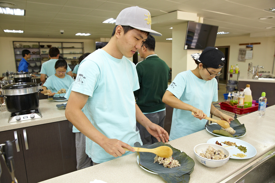 봉선사에서 연잎밥을 만드는 학생들. [사진 한국불교문화사업단]