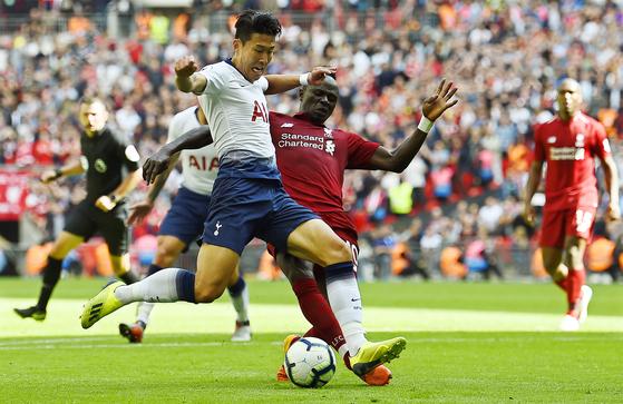 지난해 9월 열린 토트넘과 리버풀의 프리미어리그 경기에서 공을 다투는 토트넘의 손흥민(왼쪽)과 리버풀의 사디오 마네. [EPA=연합뉴스]