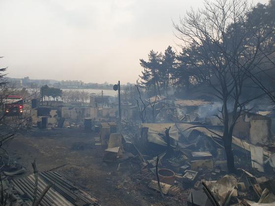지난 4일 발생한 동해안 산불로 박성철씨와 5남매가 사는 속초시 영랑호 인근의 한 작은마을 주택들이 불탄 모습. 박진호 기자