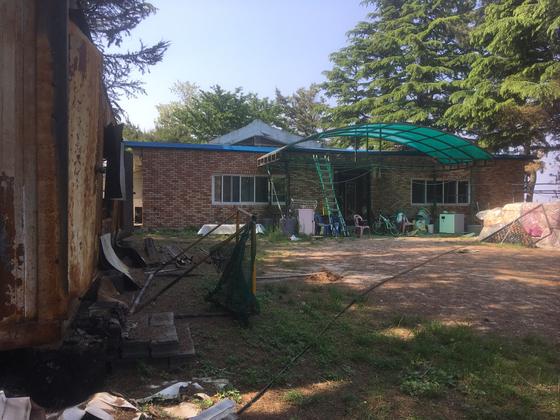 지난달 4일 강원 고성·속초 산불 발생 당시 9채의 주택이 있는 속초시 영랑호 인근 작은 마을에서 유일하게 불에 타지 않은 박성철씨 집. [사진 독자제공]