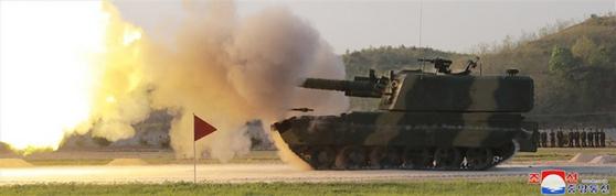 북한이 지난 9일 김정은 국무위원장의 지도 아래 조선인민군 전연(전방) 및 서부전선방어부대들의 화력타격훈련을 했다고 조선중앙통신이 보도했다. 사진은 신형 자주포로 보이는 무기. [조선중앙통신]