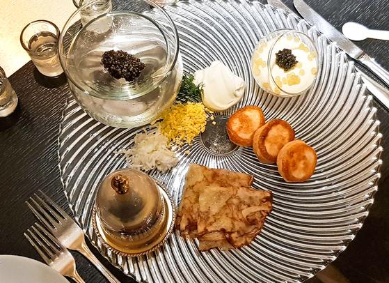 각기 다른 철갑상어 알로 만든 세 종류의 캐비아 요리. [사진 서현정]