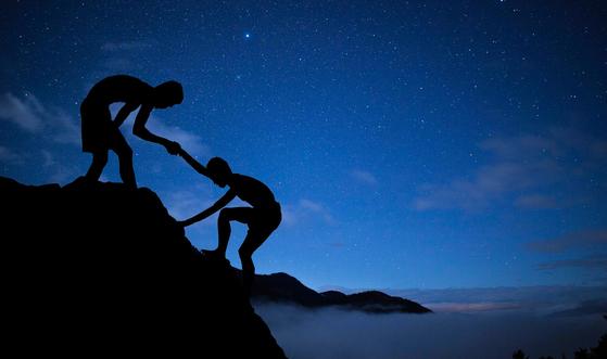 도움을 주고받으면 한쪽은 고맙고, 다른 한쪽은 자신의 역할에 대한 인식으로 인해 더 큰 기쁨을 얻게 된다. [사진 pixabay]