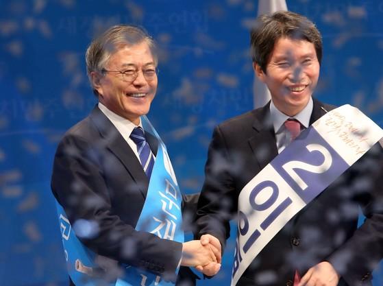 문재인 새정치민주연합 대표가 2012년 2월 8일 서울 올림픽 체조경기장에서 열린 전당대회에서 대표로 선출된 뒤 이인영 의원의 축하를 받고 있다. [중앙포토]
