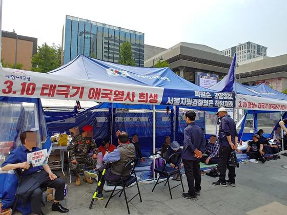 12일 오후 서울 종로구 광화문광장에 대한애국당 천막이 설치되어 있다. 권유진 기자