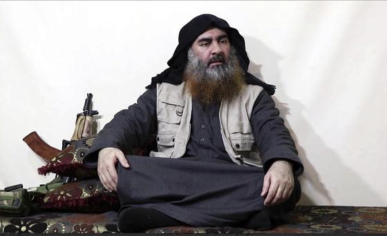 지난 4월29일(현지시간) 이슬람 극단주의 추종 사이트에 게재된 영상 속 알 바그다디는 나이가 들고 살도 붙은 모습이다. 벽에 소총을 기댄 채 바닥에 앉아 있는 차림새가 게릴라 전사 같은 느낌이다. [AP=연합뉴스]