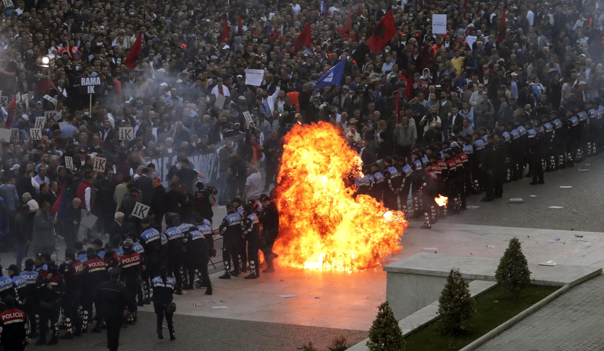 11일(현지시간) 반정부 시위대가 던진 휘발유 폭탄이 경찰들이 도열해 있는 저지선 한 가운데에서 폭발해 화염이 치솟고 있다. [AP=연합뉴스]