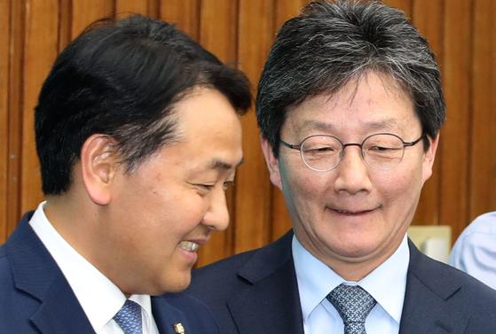 김관영 바른미래당 원내대표(왼쪽)와 유승민 의원이 8일 오후 서울 여의도 국회 본청에서 열린 제57차 의원총회에서 동료 의원들과 인사하고 있다. 오종택 기자