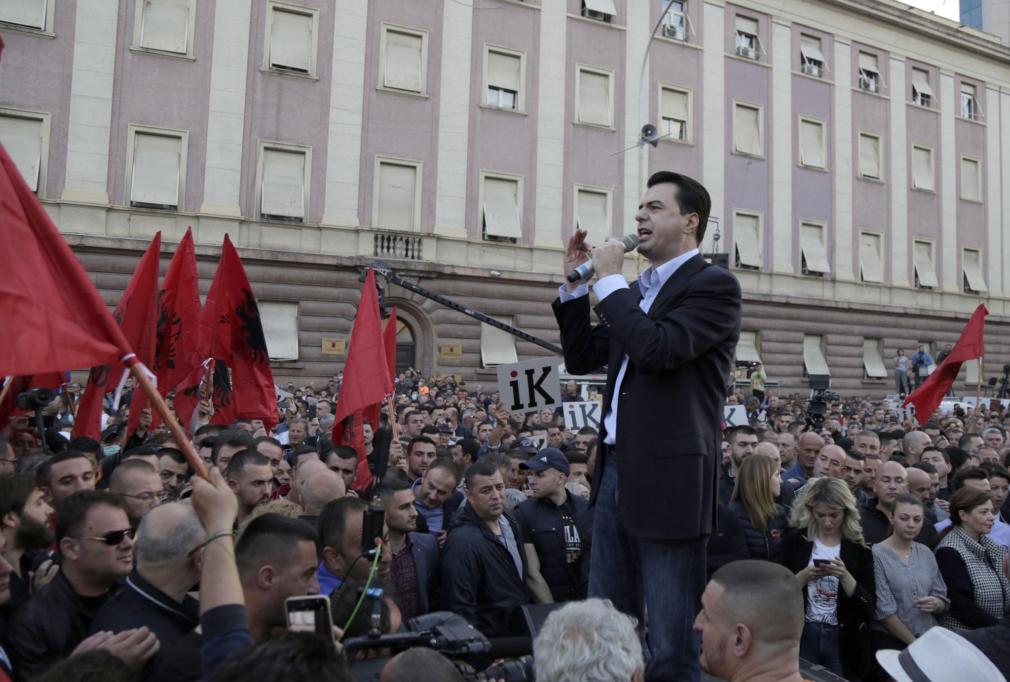 11일(현지시간) 청사앞에 모인 반정부 시위대를 향해 룰짐 바샤 민주당 대표가 발언을 하고 있다. [EPA=연합뉴스]